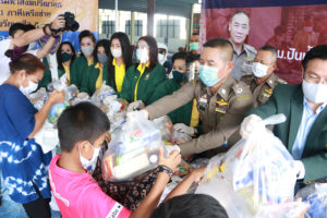 คณะนักศึกษา ปปร.รุ่นที่23 ร่วมกันมอบถุงยังชีพและเงินสด 164,000 ให้ ผบช.สตม.เพื่อช่วยเหลือประชาชนผู้ได้รับผลกระทบโควิด-19 ณ.ชุมชนพัฒนาวัดช่องนนทรี  450ครัวเรือน