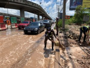ตำรวจจราจรสมุทรสาคร ลุยโคลนตักน้ำขังบนถนน เร่งระบายรถติดสะสมยาว