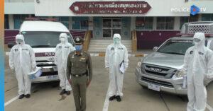 ตำรวจวางปืนสวมชุด PPE ถืออุปกรณ์ฉีดพ่นฆ่าเชื้อ รับส่งผู้ป่วยโควิด 19 เพื่อช่วยเหลือประชาชน