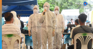 ผบ.ตร. ตรวจเยี่ยมให้กำลังใจพร้อมมอบอุปกรณ์การตรวจหาเชื้อไวรัสโคโรนา 2019 (โควิด-19) และอาหาร เครื่องดื่มแก่ทีมแพทย์ พยาบาล จิตอาสา และผู้เข้ารับการตรวจคัดกรอง